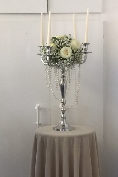 simple floral table centre for weddings