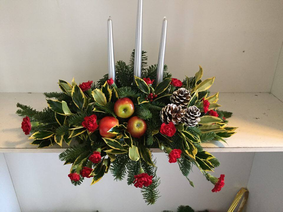 red carnation chrismas candle arrangement