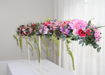 raised table garland in pink flowers