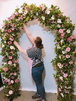 Online flower course making foam free arch of flowers