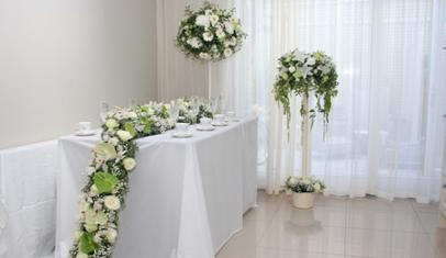 white wedding flowers raised Garland