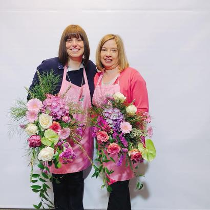 students learn how to make a large free style wedding bouquet