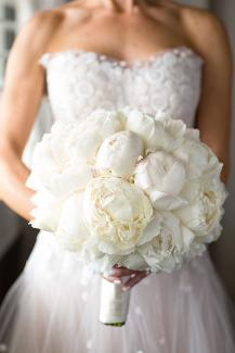 peonie bouquet in white
